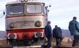 Trafic rutier şi feroviat BLOCAT, după ce un tren a lovit o autoutilitară, apoi a deraiat, în judeţu...