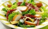 Salata cu s™nit›el crocant de pui