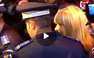 video-elena-udrea-a-facut-spectacol-la-ie-irea-din-dna-dar-i-la-intrarea-in-arest-gestul-sfidator-al-protejatei-lui-traian-basescu