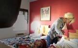 VIDEO VIRAL - O menajera a ajuns la hotelul la care lucra si a inceput sa faca curat intr-o camera. ...